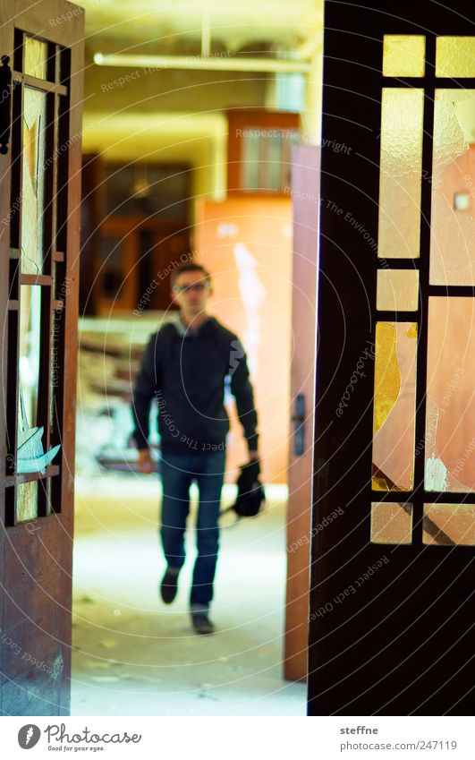 Ein Mann für alle Fälle Mensch Jugendliche alt Erwachsene Gebäude Junger Mann Tür Kraft 18-30 Jahre maskulin kaputt Fabrik historisch Verfall Ruine
