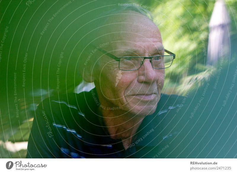 senior im biergarten Mensch maskulin Mann Erwachsene Männlicher Senior Großvater Leben 1 60 und älter Umwelt Natur Blatt Brille grauhaarig beobachten sitzen alt