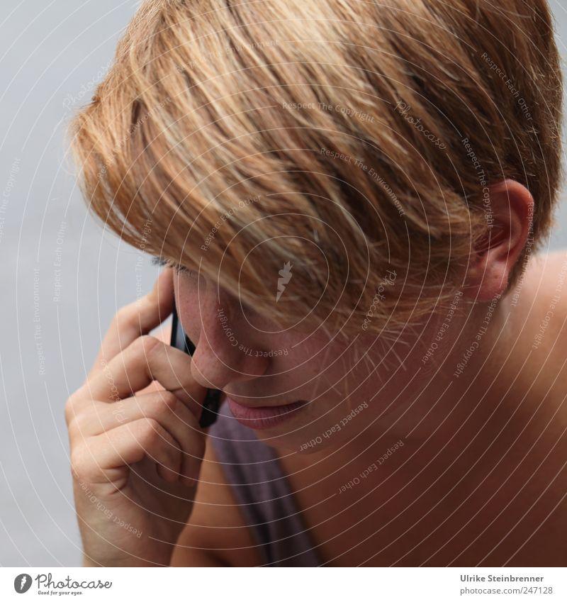 Love to hear you Frau Mensch Jugendliche Hand schön Gesicht feminin Kopf Haare & Frisuren träumen Erwachsene Freundschaft blond natürlich Kommunizieren
