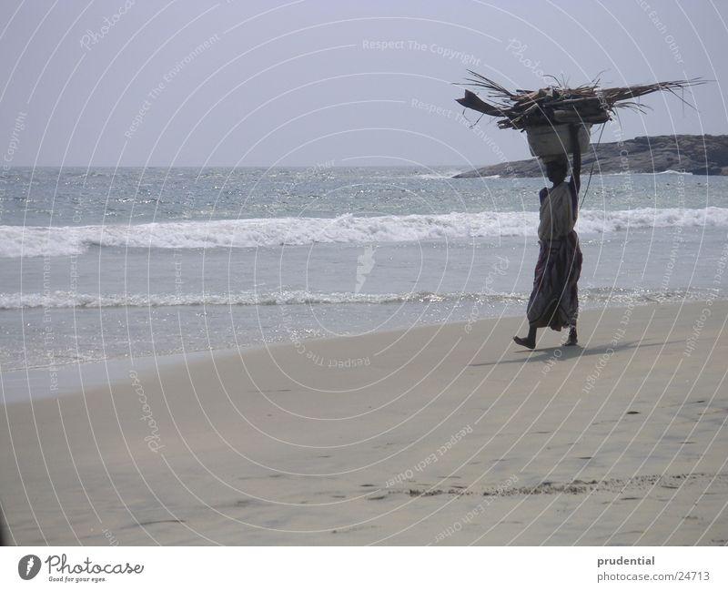 frau am strand Frau Wasser Strand Sand Asien Indien Kerala