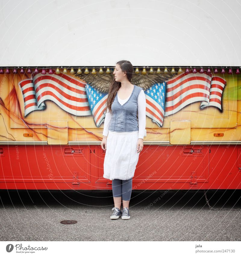 american idiot Frau Mensch feminin Erwachsene stehen Fahne Lastwagen Amerika Anhänger Adler Schausteller 30-45 Jahre
