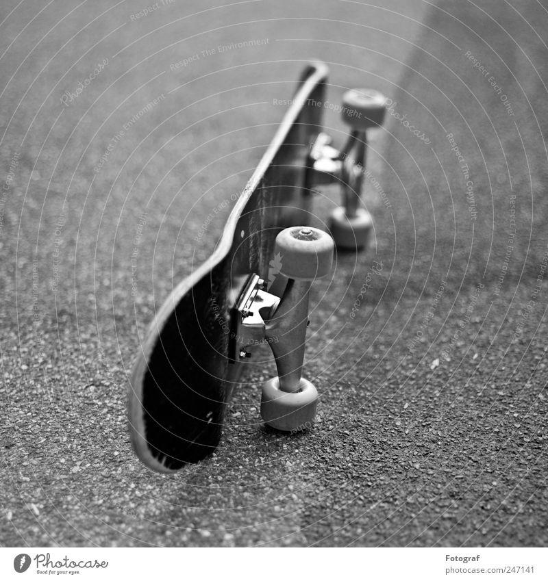Skateboard schwarz Straße Wege & Pfade Asphalt Skateboarding Rolle Aluminium Funsport Sport Objektfotografie Achse