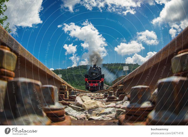 Dampflock in voller Fahrt Himmel Natur alt Sommer blau Landschaft rot Wolken schwarz braun Verkehr Technik & Technologie Eisenbahn Güterverkehr & Logistik