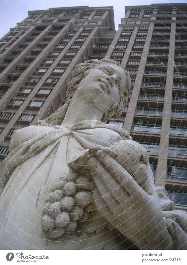 goddes of kitsch Stein Kunst Architektur Hochhaus Kitsch Häusliches Leben Statue Göttin