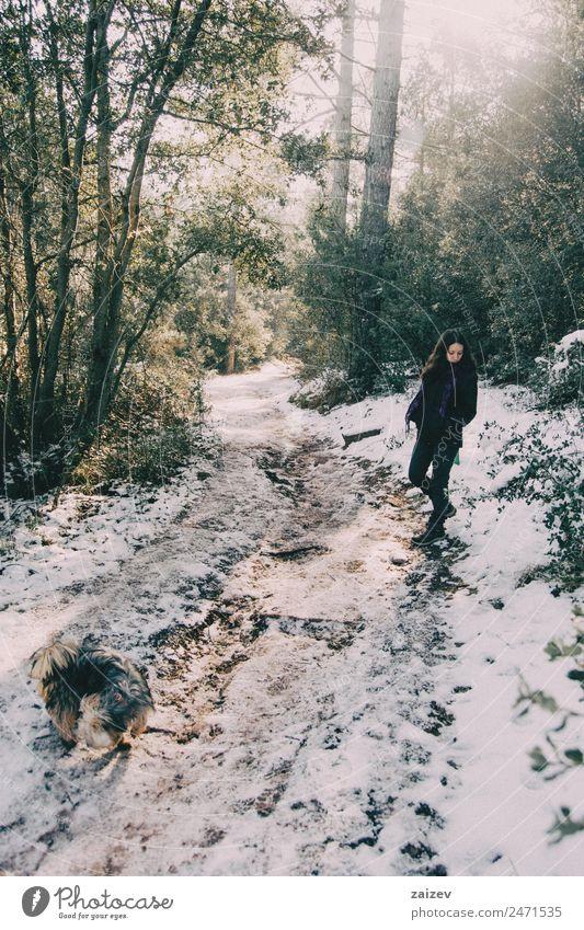 Mädchen wartet am Rande der verschneiten Bergstraße und schaut nach unten. Design schön ruhig Ferien & Urlaub & Reisen Ausflug Abenteuer Winter Schnee