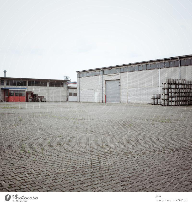 genug bier für alle Himmel Menschenleer Haus Industrieanlage Fabrik Platz Bauwerk Gebäude trist blau grau Farbfoto Außenaufnahme Textfreiraum oben