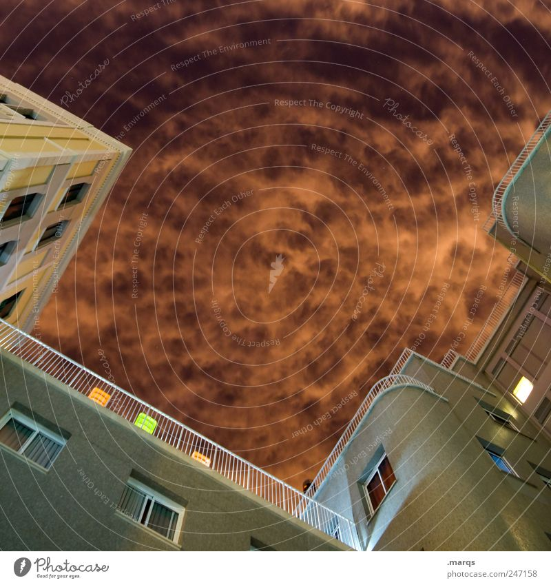 Restlicht elegant Häusliches Leben Nachthimmel Klima Hochhaus Bauwerk Gebäude Architektur Fassade Fenster Geländer außergewöhnlich dunkel groß hoch Gefühle