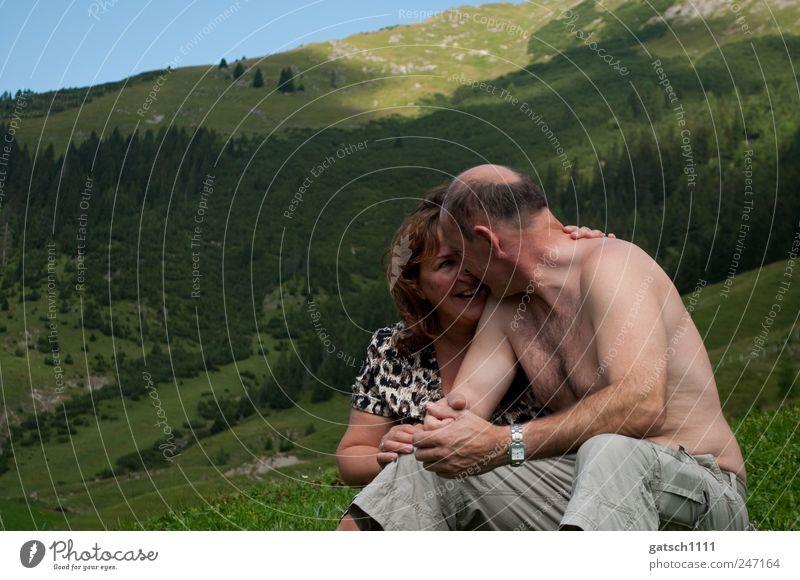 Zweisamkeit Mensch Eltern Erwachsene Partner 2 30-45 Jahre 45-60 Jahre Natur Landschaft Berge u. Gebirge genießen Küssen Lächeln Liebe leuchten Umarmen Glück
