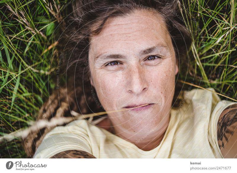 Im Gras liegen Frau Mensch Natur Sommer Erholung ruhig Erwachsene Lifestyle Leben natürlich Wiese feminin Glück Freiheit Kopf