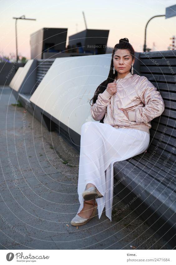 Nikolija Frau Mensch Stadt schön Erholung Erwachsene Wand feminin Mauer außergewöhnlich Haare & Frisuren Denken sitzen warten beobachten Coolness