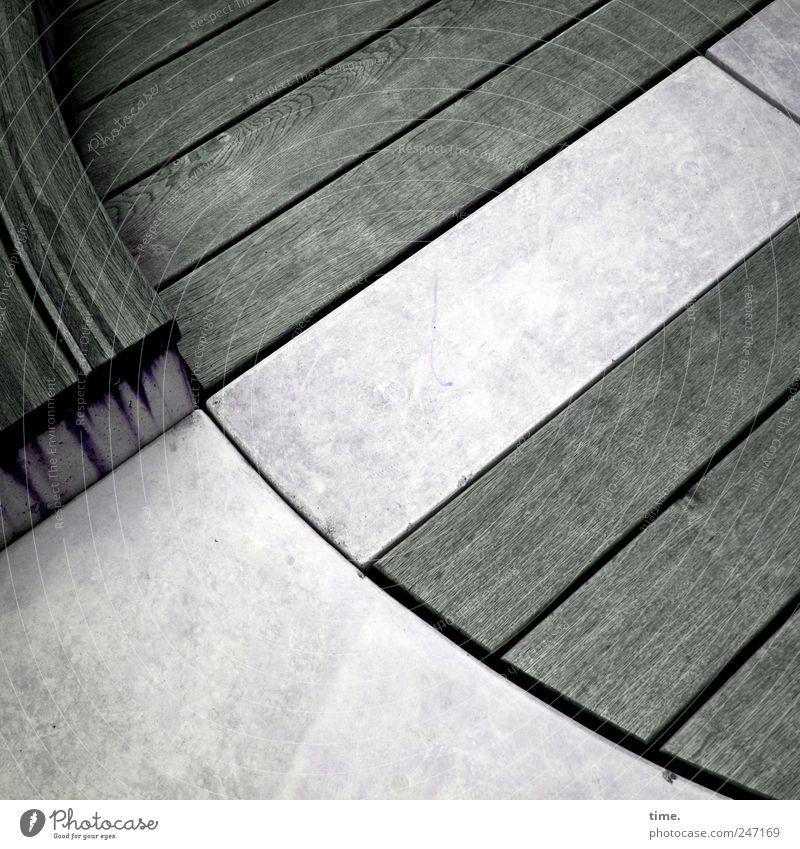 Tropenholz. Was sonst. Umwelt Architektur Stein Beton Holz rund diagonal sitzbank Sitzgelegenheit graphisch Lauffläche Regenwasser Dielen Brettwurzelbaum