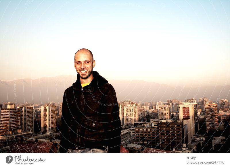 Über den Dächern von Santiago de Chile Mensch Mann Himmel Stadt Freude Ferien & Urlaub & Reisen Berge u. Gebirge Glück Erwachsene Hochhaus maskulin Tourismus