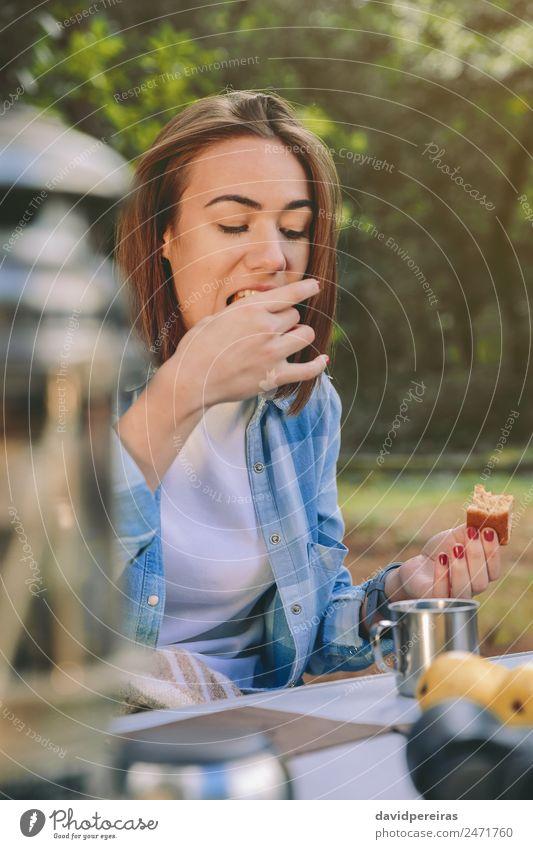 Frau isst Kuchen beim Frühstück in den Wald Frucht Essen Kaffee Lifestyle Erholung Freizeit & Hobby Ferien & Urlaub & Reisen Ausflug Abenteuer Camping Sommer