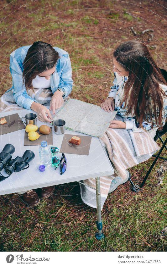Junge Frauen auf der Suche nach einer Roadmap auf dem Campingplatz Frühstück Kaffee Lifestyle Freude Erholung Freizeit & Hobby Ferien & Urlaub & Reisen Ausflug