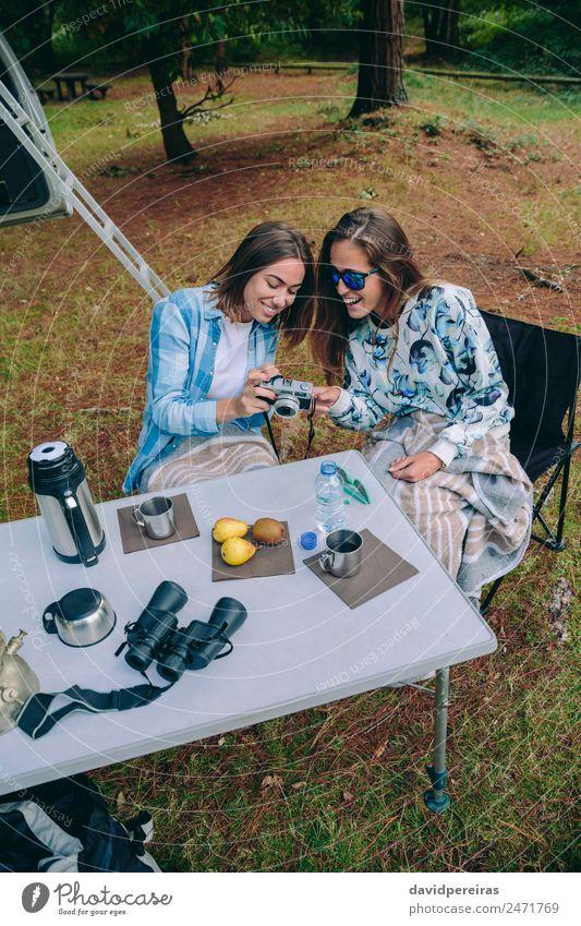 Frau fotografiert Freundin beim Frühstück Lifestyle Freude Glück Gesicht Erholung Freizeit & Hobby Ferien & Urlaub & Reisen Ausflug Abenteuer Camping Sommer