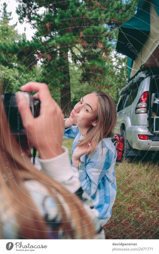 Weibliche Hand fotografiert die Frau mit 4x4 auf dem Hintergrund. Lifestyle Freude Glück Gesicht Erholung Freizeit & Hobby Ferien & Urlaub & Reisen Ausflug