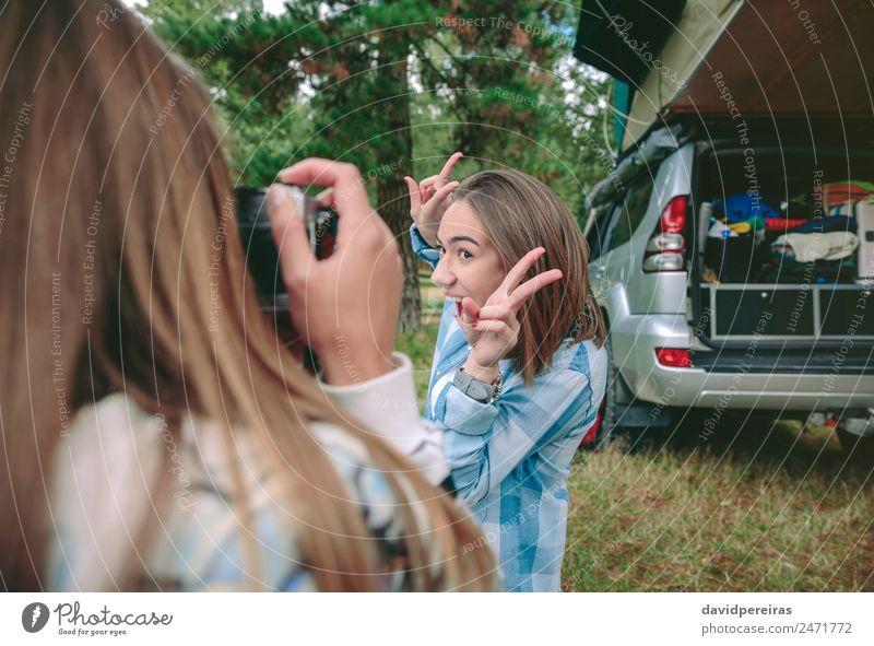 Frau fotografiert Freundin mit Siegeszeichen Lifestyle Freude Glück Gesicht Erholung Freizeit & Hobby Ferien & Urlaub & Reisen Ausflug Abenteuer Camping Sommer