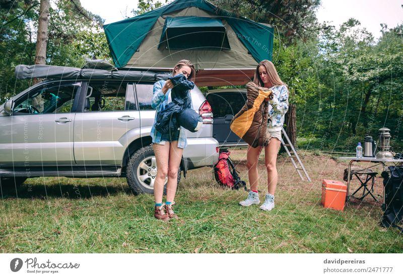 Junge Frauen öffnen Schlafsäcke auf dem Campingplatz Lifestyle Gesicht Erholung Freizeit & Hobby Ferien & Urlaub & Reisen Ausflug Abenteuer Sommer