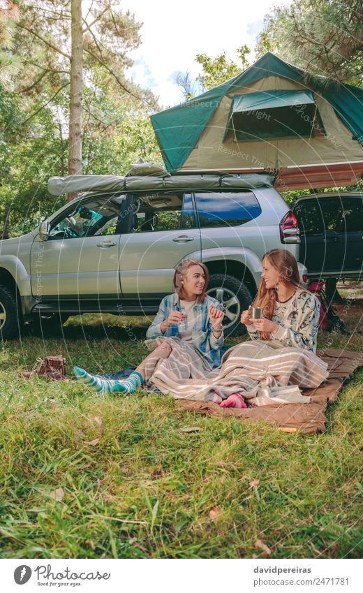 Frauen unter der Decke sitzend mit 4x4 auf dem Hintergrund Kaffee Lifestyle Freude Glück Erholung Freizeit & Hobby Ferien & Urlaub & Reisen Ausflug Abenteuer