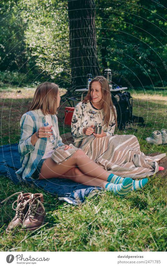 Frauenfreunde, die auf dem Campingplatz sitzen und lachen. Kaffee Lifestyle Freude Glück Erholung Freizeit & Hobby Ferien & Urlaub & Reisen Ausflug Abenteuer