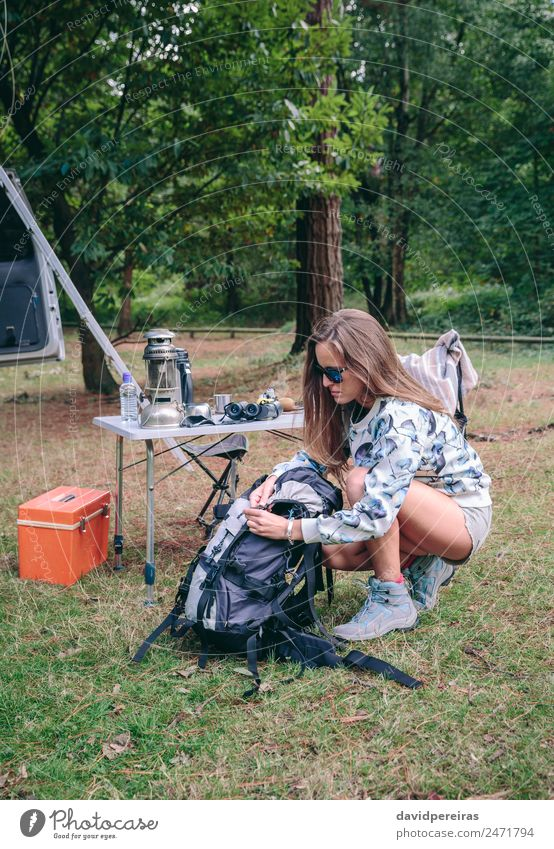 Frau bereitet Rucksack für eine Wanderung vor Lifestyle Freude Glück Freizeit & Hobby Ferien & Urlaub & Reisen Ausflug Abenteuer Camping Sommer Berge u. Gebirge