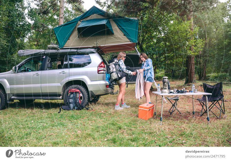 Junge Frauen auf dem Campingplatz packen Decke zum Wandern Lifestyle Freude Glück Erholung Freizeit & Hobby Ferien & Urlaub & Reisen Ausflug Abenteuer Sommer