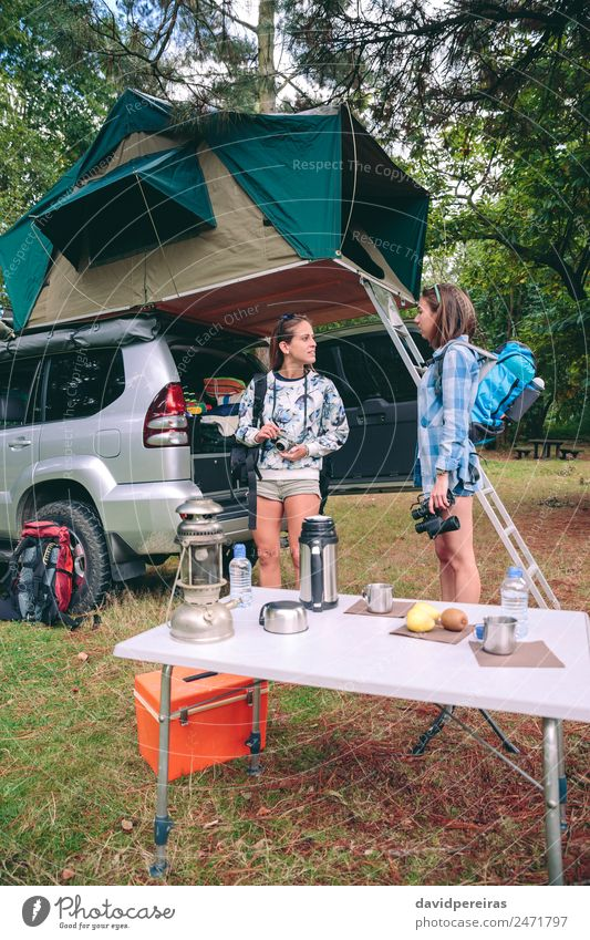 Junge Frauen bereit für Wanderungen mit 4x4 im Hintergrund Kaffee Lifestyle Freude Glück Erholung Freizeit & Hobby Ferien & Urlaub & Reisen Ausflug Abenteuer