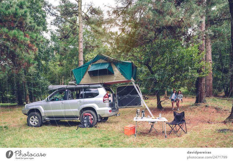 Campingtisch und Geländewagen auf dem Campingplatz Lifestyle Freude Glück Erholung Freizeit & Hobby Ferien & Urlaub & Reisen Tourismus Ausflug Abenteuer Sommer