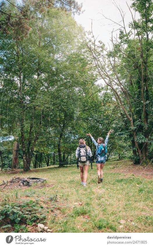 Wanderin, die Arme hebt und mit Freundin genießt. Lifestyle Freude Glück Freizeit & Hobby Ferien & Urlaub & Reisen Ausflug Abenteuer Camping Sommer