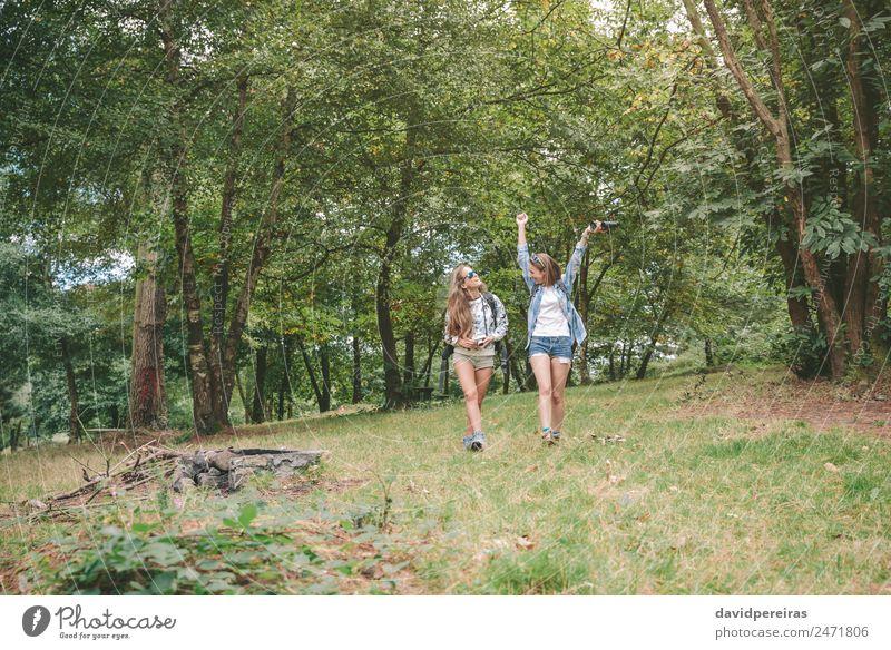 Wanderin, die Arme hebt und mit Freundin genießt. Lifestyle Freude Glück Erholung Freizeit & Hobby Ferien & Urlaub & Reisen Ausflug Abenteuer Camping Sommer