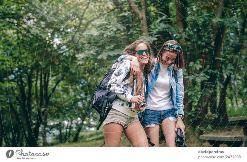 Frauenfreunde lachend bei Spaziergängen im Wald Lifestyle Freude Glück Erholung Ferien & Urlaub & Reisen Ausflug Abenteuer Camping Sommer Berge u. Gebirge