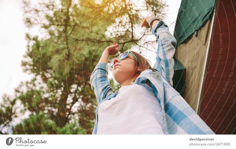 Frau Mensch Himmel Natur Sommer blau grün weiß Baum Erholung Freude Wald Erwachsene Lifestyle Herbst Gefühle