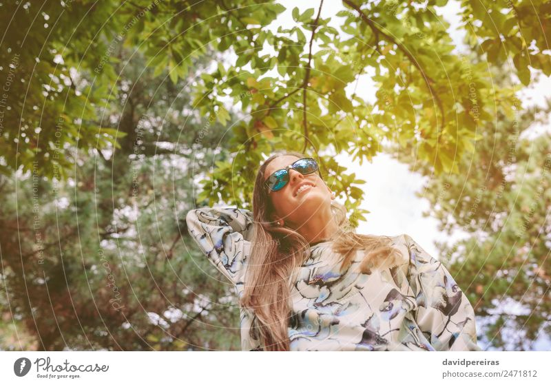 Frau mit Sonnenbrille, die den Naturhintergrund berührt. Lifestyle Freude Glück Erholung Freizeit & Hobby Freiheit Sommer Berge u. Gebirge Mensch Erwachsene