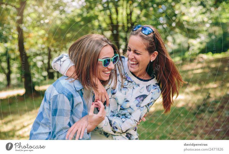 Frau Mensch Natur Jugendliche Sommer schön Baum Freude Erwachsene Lifestyle Herbst Liebe natürlich Gefühle lachen Glück