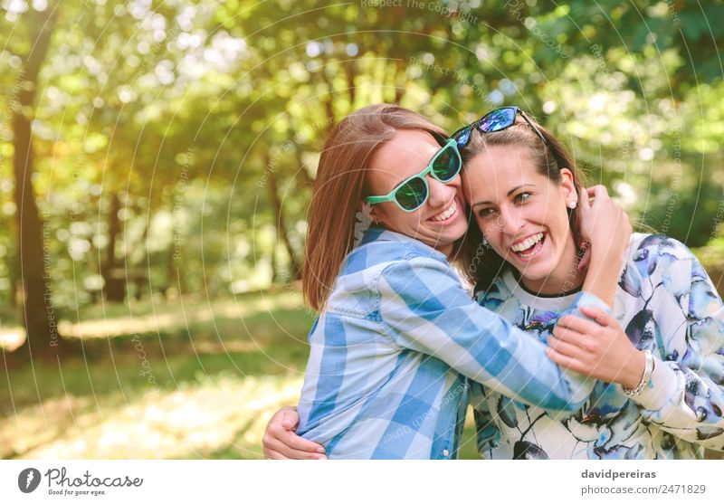 Glückliche Frauen, die den Naturhintergrund annehmen und genießen. Lifestyle Freude schön Freizeit & Hobby Sommer Mensch Erwachsene Freundschaft Paar