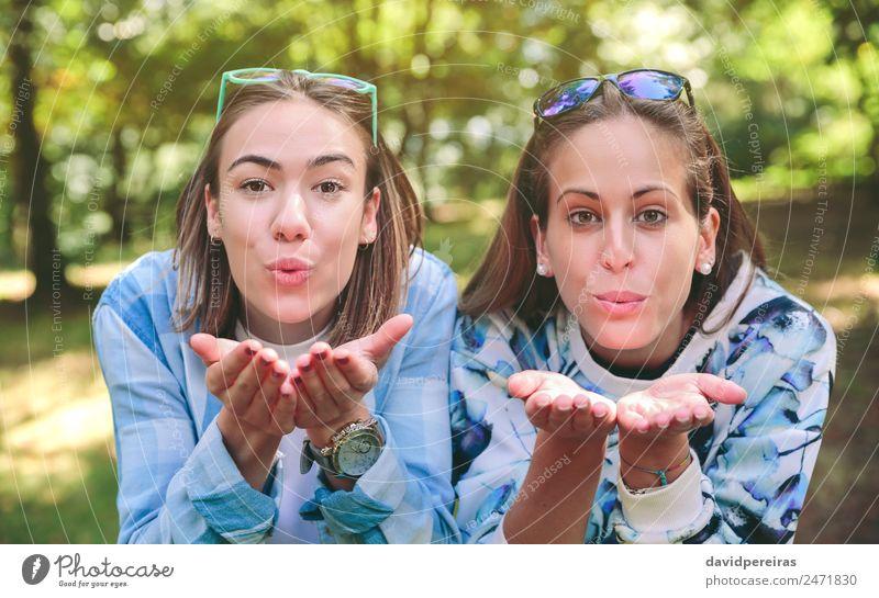 Zwei weibliche Freunde, die einen Kuss vor die Kamera blasen. Lifestyle Freude Glück schön Freizeit & Hobby Ferien & Urlaub & Reisen Ausflug Camping Sommer