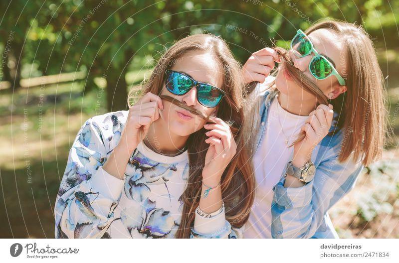 Frauen haben Spaß daran, Schnurrbärte mit Haaren zu machen. Lifestyle Freude Glück schön Freizeit & Hobby Sommer Berge u. Gebirge Mensch Erwachsene Freundschaft