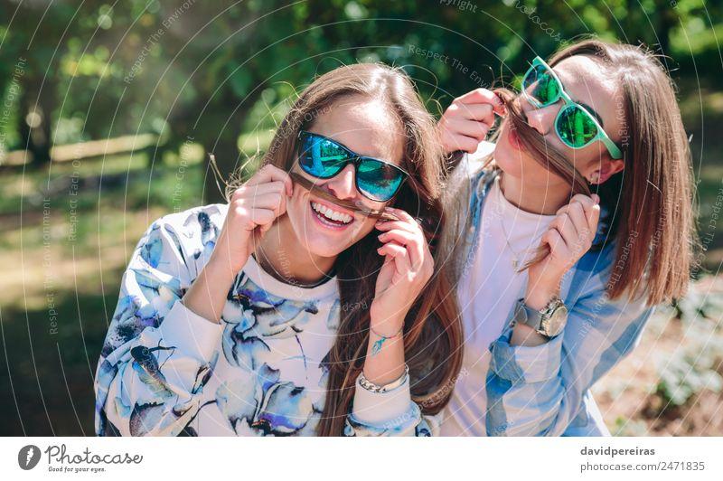 Frauen, die Schnurrbärte mit Haaren tragen und lachen. Lifestyle Freude Glück schön Freizeit & Hobby Sommer Berge u. Gebirge Mensch Erwachsene Freundschaft Paar