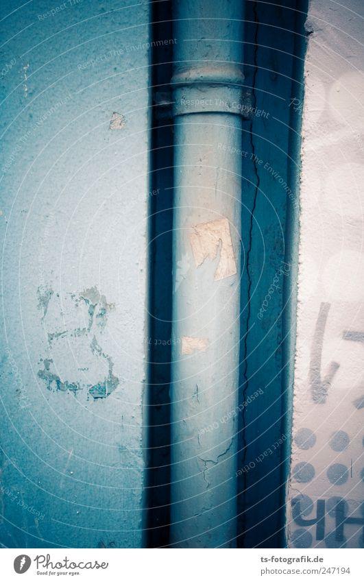 Regenrohrpostanlage alt blau Haus Wand Stein Graffiti Mauer Gebäude Metall Fassade Ecke rund Bauwerk Röhren Rohrleitung Dachrinne