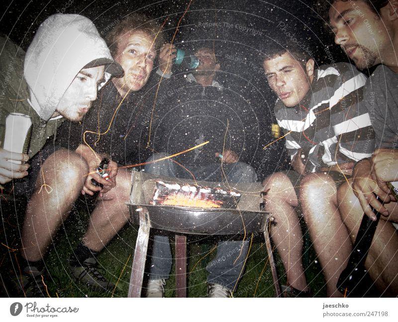 Kaputte Typen am Grill Freizeit & Hobby Camping Nachtleben Party trinken maskulin Freundschaft 5 Mensch 18-30 Jahre Jugendliche Erwachsene Holz einfach
