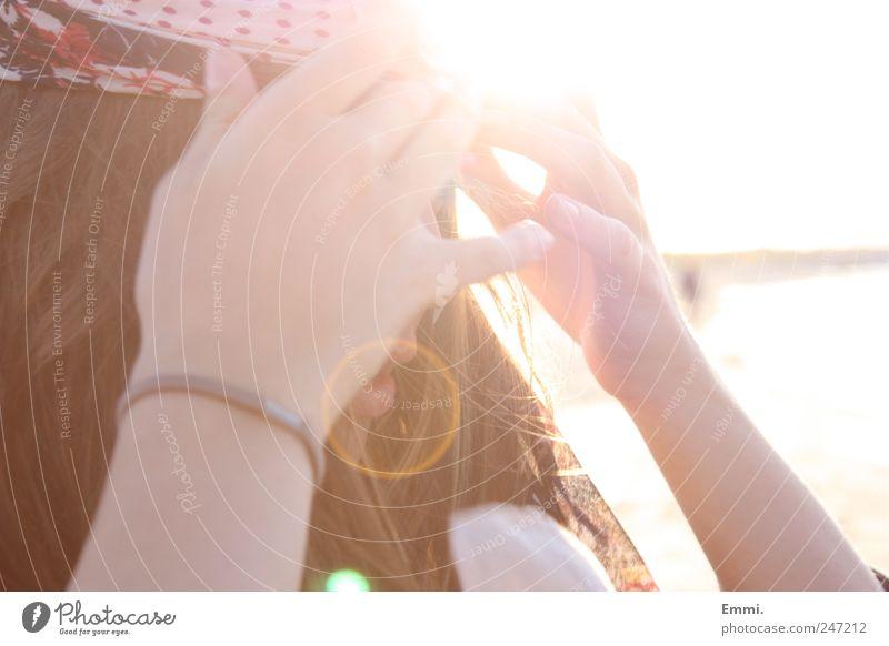 glück Lifestyle Haare & Frisuren harmonisch Wohlgefühl Ausflug Ferne Freiheit Sommer Sonne Meer feminin Junge Frau Jugendliche Leben Wind Stirnband brünett