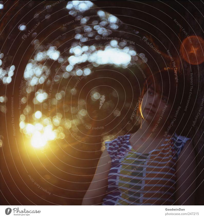 Wärme. III Mensch feminin Junge Frau Jugendliche Erwachsene 1 Umwelt Natur Pflanze Baum Sträucher Park authentisch frei schön viele Stimmung Farbfoto