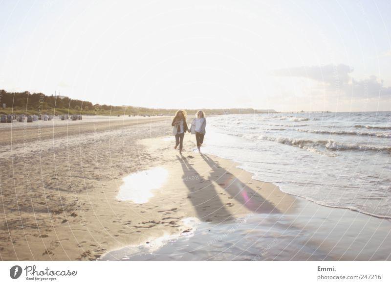 unendlich Mensch Sommer Strand gelb Leben Freiheit Sand Glück Küste hell Freundschaft Horizont Zusammensein Wellen rosa laufen