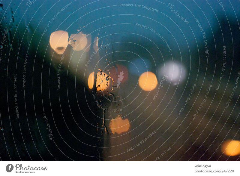 regen in der stadt Kunst Umwelt Wasser Wassertropfen Klimawandel Wetter schlechtes Wetter Unwetter Sturm Regen Gewitter Haus Fenster Glas leuchten dunkel