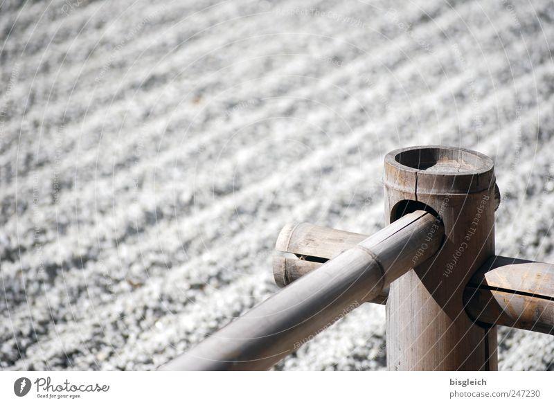 Zengarten II Garten Stein Holz grau achtsam Vorsicht Gelassenheit ruhig Buddhismus Bambusrohr Kies Farbfoto Gedeckte Farben Außenaufnahme Menschenleer