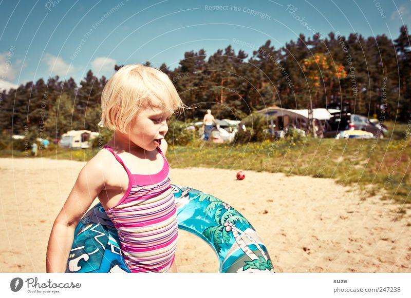 Schwimmreif Mensch Kind Himmel Natur Baum Ferien & Urlaub & Reisen Sommer Strand Umwelt Wiese Spielen Sand klein Kindheit blond Freizeit & Hobby