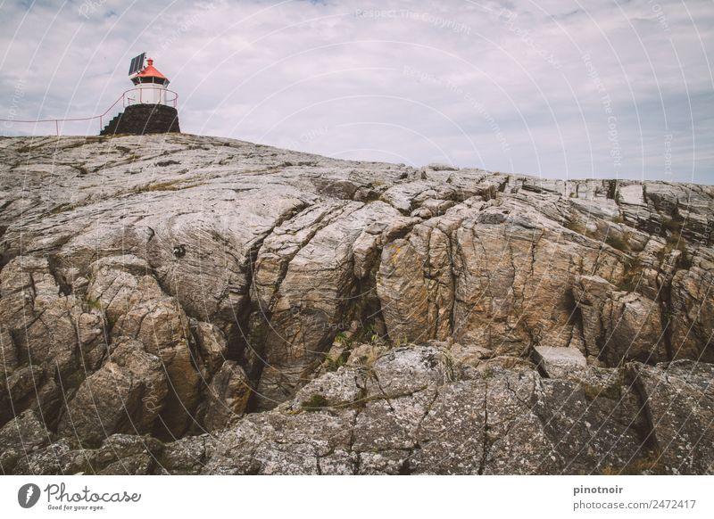 Leuchtturm auf Runde in Norwegen Insel Landschaft Himmel Wolken Sommer Küste Fjord Fischerdorf Gebäude Schifffahrt Fähre Wasserfahrzeug Stein maritim Europa