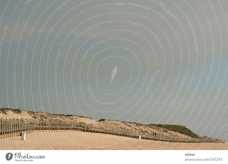 Strand Sommer heizen Meer Wellen Gezeiten Sand Brücke Holz Laufwerk Stranddüne grau Wolken Erholung Wochenende Ferien & Urlaub & Reisen Portugal Küste Freude