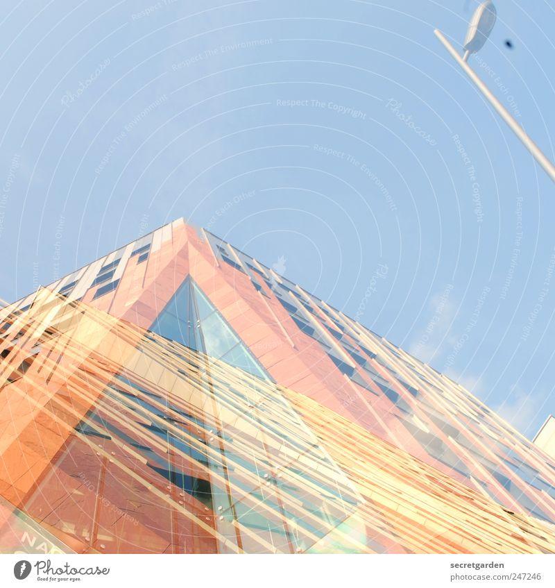 das leben ist sehr vielschichtig. Himmel blau Stadt gelb Fenster Architektur Gebäude hell orange Fassade Hochhaus Ecke Baustelle Bauwerk Schönes Wetter
