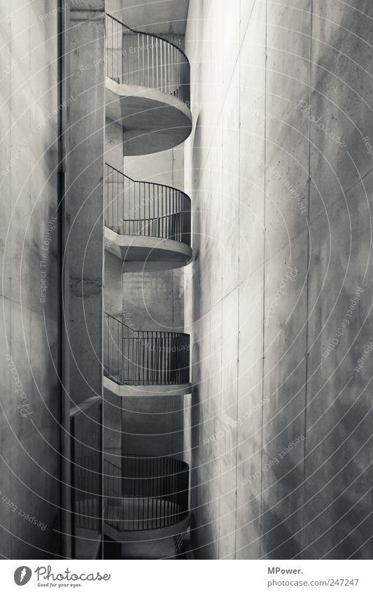 treppenhaus Haus Architektur Mauer Wand Treppe Fassade grau Treppenhaus Geländer Beton kahl karg 4 Etage Niveau gekrümmt Parkhaus vertikal Schwarzweißfoto